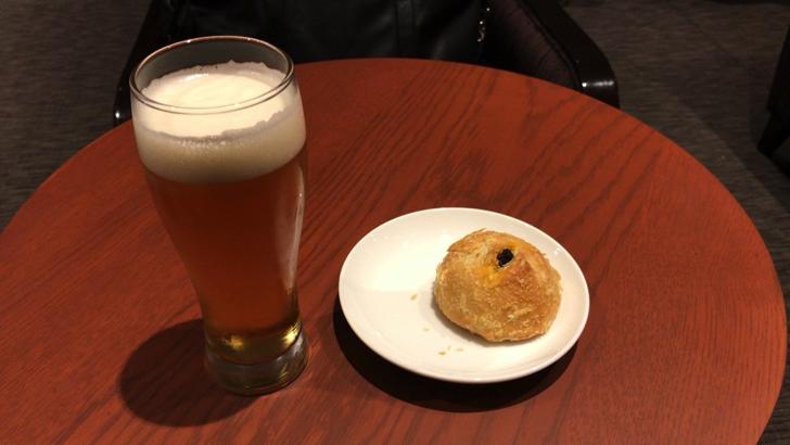 ビールとJAL特製焼きカレーパン