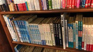 カフェ沖縄式の店内の書籍
