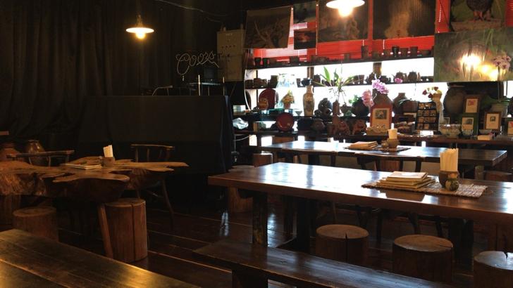 カフェ沖縄式の木のテーブル