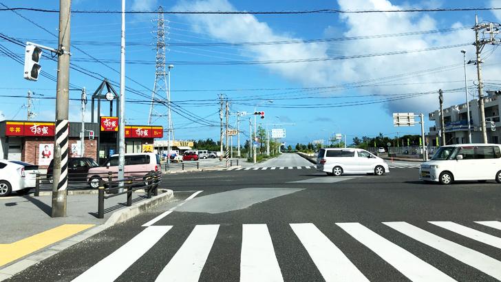 沖縄の道路は石灰岩で出来ているので滑りやすい