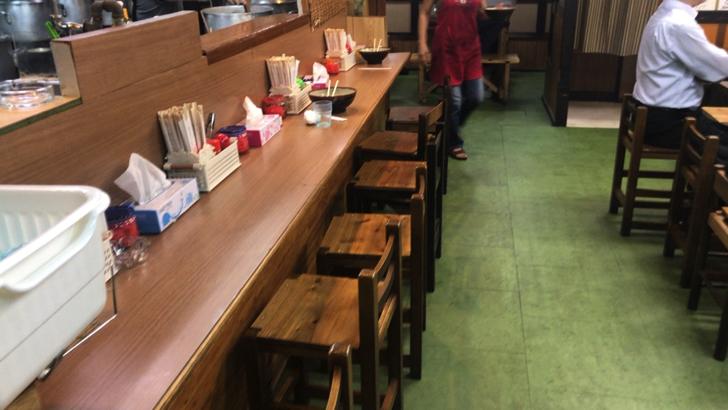 那覇松山にある沖縄そば「すばや」お店の中