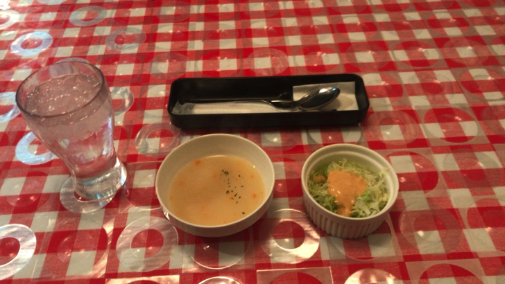 那覇の松山にあるステーキハウス「サウザンステーキ」サラダとスープ